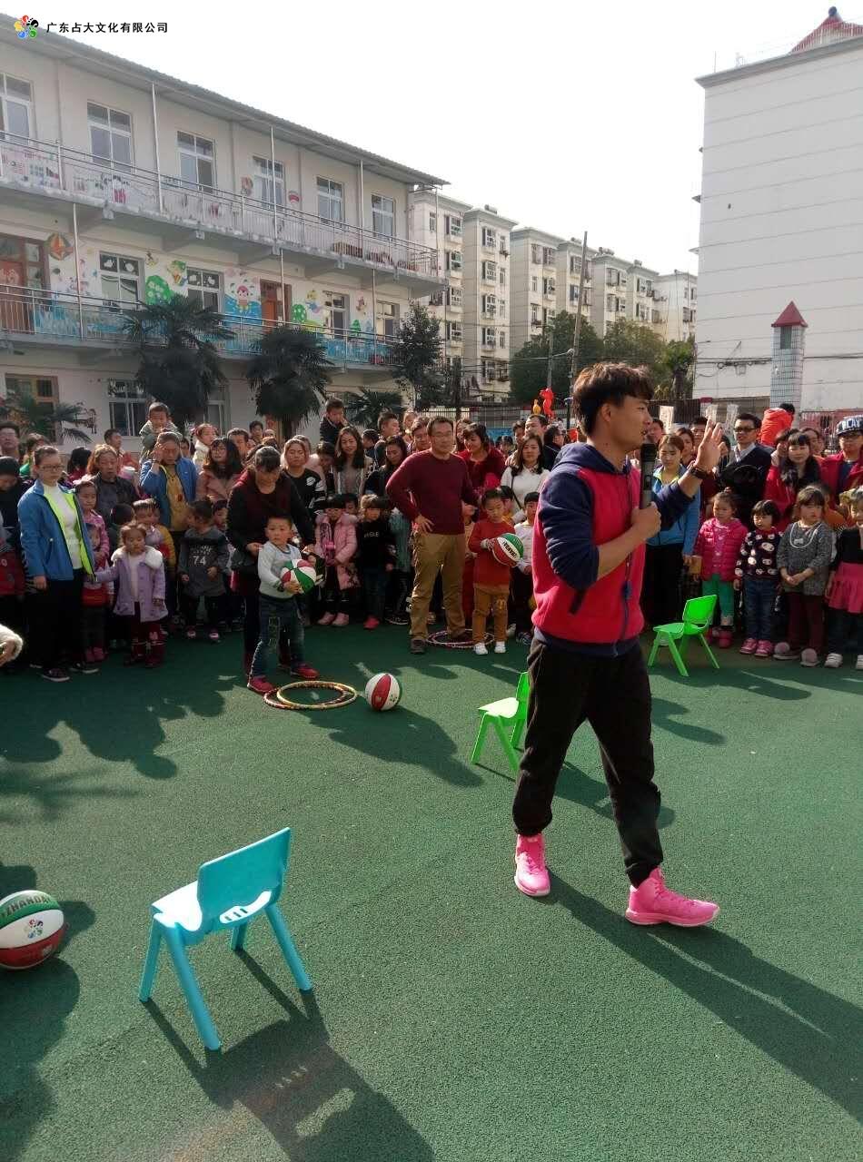 占大幼儿篮球高级教练和十堰市幼儿园小朋友的游戏互动图片2